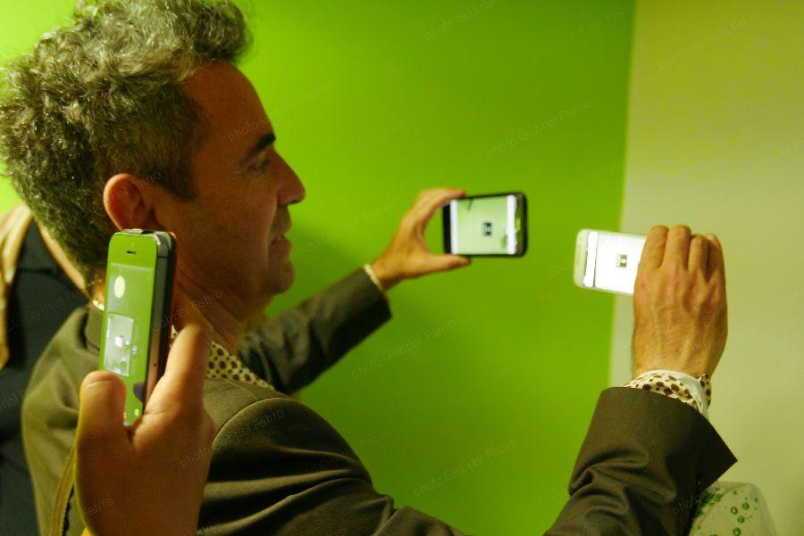 A travers un téléphone mobile équipé de l'application